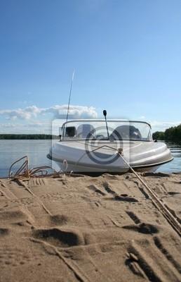 Anchor holowania łodzi rybackiej leży na piasku