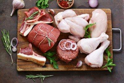 Tapeta asortyment surowego mięsa - wołowina, jagnięcina, kurczak na drewnianej desce
