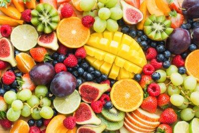 Tapeta Asortyment zdrowych surowych owoców i jagód tło talerz, truskawki maliny pomarańcze śliwki jabłka kiwi winogrona jagody, mango, widok z góry, selektywna ostrość