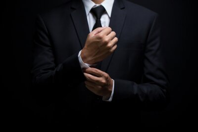 Tapeta Biznesmen dostosowując jego spinki do mankietów