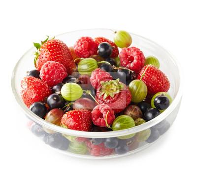 Bowl świeżych dojrzałych owoców na białym tle