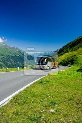 Bus na drodze w Alpach