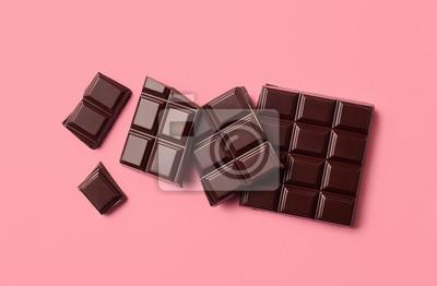 Ciemna czekolada na różowym tle
