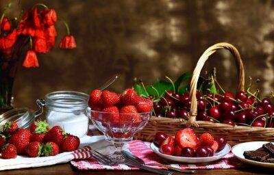 Degustacja truskawek i wiśni z ogrodu