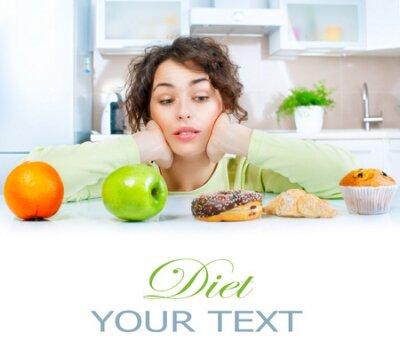 Tapeta Dieta koncepcji. Piękna młoda kobieta wybierając między owocami i słodyczy