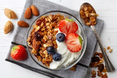 Domowe muesli z jogurtem i owocami
