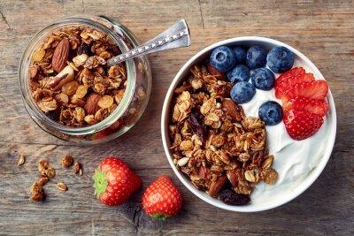 Domowe muesli z jogurtem i świeżymi owocami