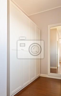 Drewniana biała szafa