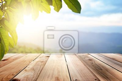 Tapeta Drewniane Brązowe I tło zamazane liście naturalnego krajobrazu i wieczornego słońca.