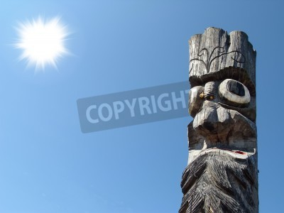 Drewniane idol na tle błękitnego nieba
