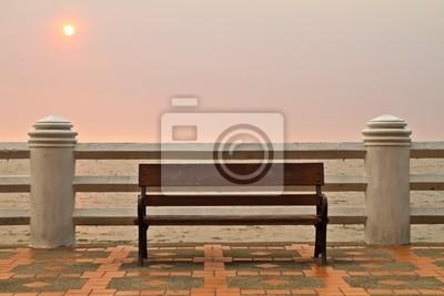 Drewniane ławki na morzu