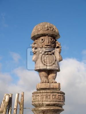 Drewniany idol na tle błękitnego nieba
