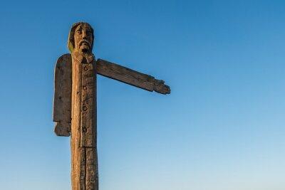 drewniany idol wskazujący kierunek na drodze przeciw błękitne niebo