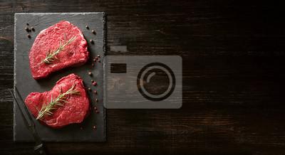 Tapeta dwa kawałki świeżego mięsa na drewnianym stole