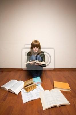 Dziewczyna z książek na podłodze