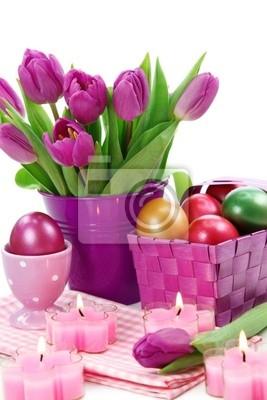 Fioletowe tulipany w wiadrze i easter eggs