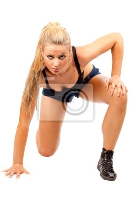 Fit młoda kobieta robi ćwiczenia
