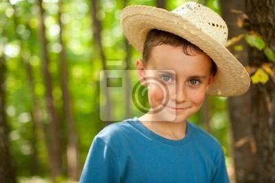 Tapeta Funny boy gospodarstwa w lesie
