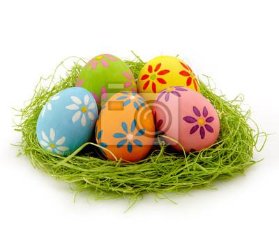 Gniazdo kolorowe jaja wielkanocne na białym tle