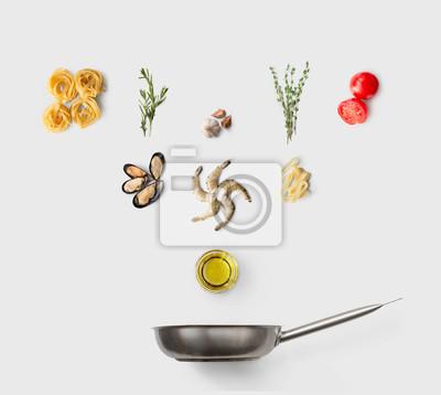 Tapeta Gotowanie składników na włoskie jedzenie, makaron z owocami morza, na białym tle
