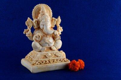 Hindu God Ganesha. Ganesha Idol na niebieskim tle.