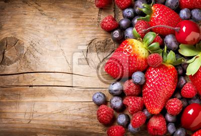 Tapeta Jagody na drewnianym tle. Organic Berry na drewno