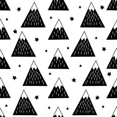 Tapeta Jednolite wzór z geometrycznych ośnieżonych gór i gwiazd. Czarno-biały charakter ilustracji. Śliczne góry w tle.