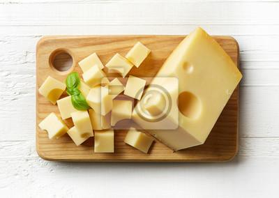 Kawałek i kostki sera szwajcarskiego