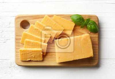 Kawałek i plasterki sera cheddar