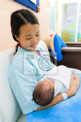 Tapeta Kobiet z Azji noworodka w ramionach