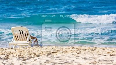 Kobieta opalania w plastikowym krześle na pięknej plaży na Kubie