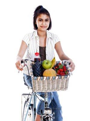 kolarstwo letnie dziecko przynosi świeże owoce