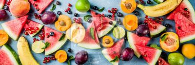 Tapeta Koncepcja lato witaminy żywności, różne owoce i jagody arbuz brzoskwinia mięta śliwka morele jagodowe porzeczki, kreatywne mieszkanie leżał na światło niebieskie tło widok z góry kopia miejsce