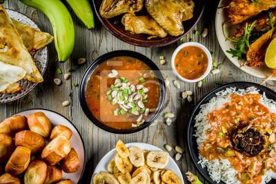 Tapeta Koncepcja żywności Afryki Zachodniej. Tradycyjny asortyment potraw afrykańskich Wset - zupa orzechowa, ryż jollof, grillowane skrzydełka z kurczaka, smażone banany na sucho, nigeryjskie kebaby z kurcz