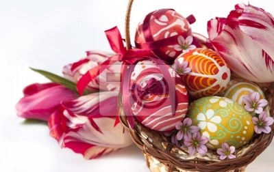 Kosz pełen pisanek i kwiatów