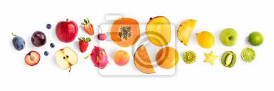 Tapeta Kreatywny układ z owoców. Leżał płasko. Śliwka, jabłko, truskawka, jagoda, papaja, ananas, cytryna, pomarańcza, limonka, kiwi, melon, morela, pitaya i karambol na białym tle.