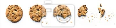 Tapeta Kroki pożerania ciasteczka z kawałkami czekolady. Pojedynczo na białym tle.