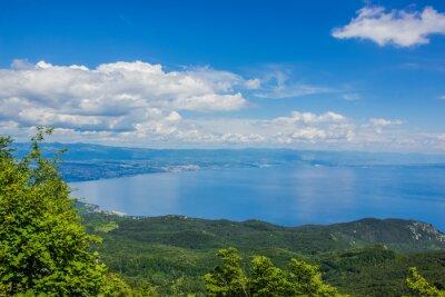 lato zielony charakter las górski krajobraz morze z góry z pięknym widokiem na rajskiej wyspie