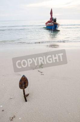 Łódź rybacka z kotwicy na piaszczystej plaży