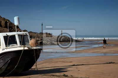 Łodzi zakotwiczonych na piasku nad morzem