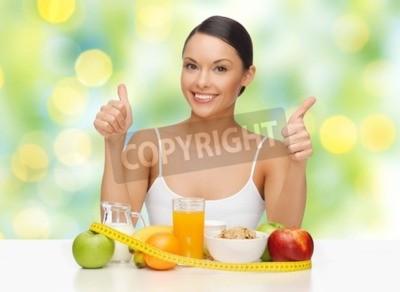 Tapeta Ludzie, gest i koncepcja diety - szczęśliwa kobieta azjatyckich z zdrowej żywności wykazujące Kciuki w zielone tło światła