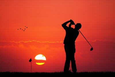 Tapeta Mężczyzna gra w golfa o zachodzie słońca