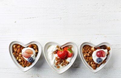 Miseczki muesli, jogurt i jagody