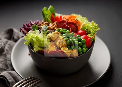 Tapeta Miska Buddy, zdrowa i pożywna sałatka z różnorodnymi warzywami, orzechami i serem tofu, pyszny i pożywny posiłek wegański
