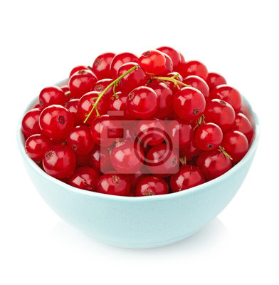 Miska świeżych czerwonych porzeczek na białym tle