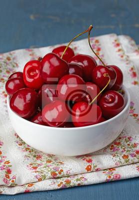 Miska świeżych wiśni czerwony