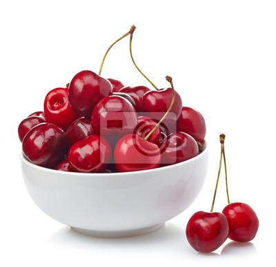 Miska świeżych wiśni czerwony na białym tle