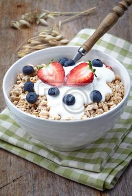 Miska zdrowe musli z jogurtem i świeże jagody