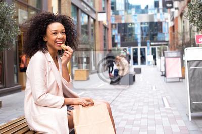Tapeta Młoda kobieta o zdrowe przekąski na ulicy