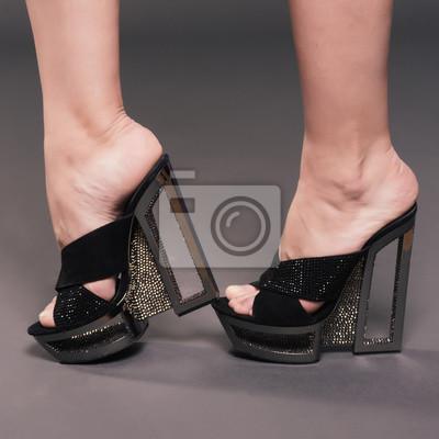 1118d2dd Tapeta Modna kobieta smukłe nogi w czarne stylowe buty na obcasie buty z  dżetów